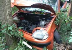 Fiat seicento uderzył w drzewo. Kobieta trafiła do szpitala