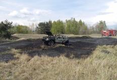 Pożar samochodu terenowego. Paliła się również trawa