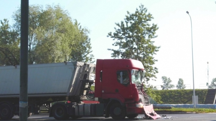 Wypadek na Trasie Warszawskiej. Zderzyły się dwie ciężarówki