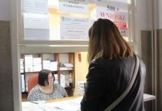 Pracownicy MOPR w Koninie przyglądają się