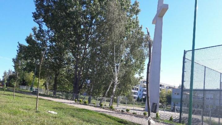 Konin. Połamane drzewka, pełne kosze przy krzyżu na Zatorzu