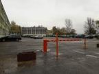 Konin. Parking prawie pusty. Studenci parkują pod blokami