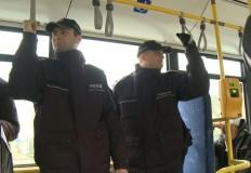 Policjanci jeżdżą autobusa ...