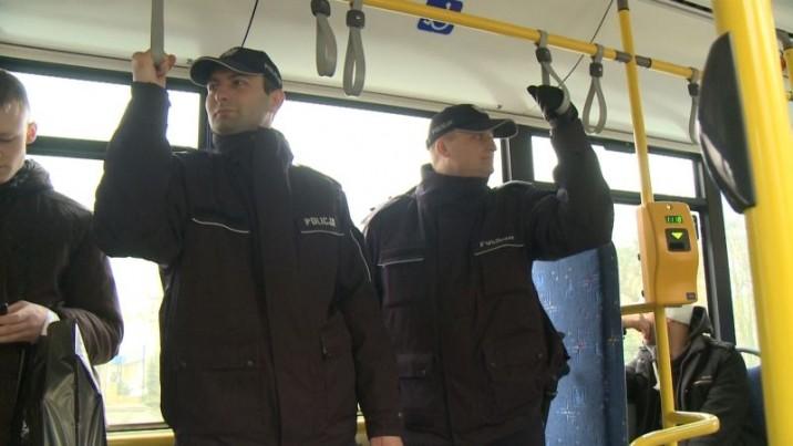 Policjanci jeżdżą autobusami. Dla be ...