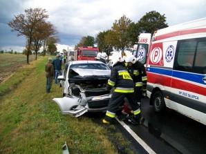 Ciężarówka zderzyła się z dwiema osobówkami. Są ranni