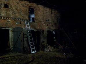 Spłonęły zabudowania gospodarcze. Ogień gasiło aż 33 strażaków