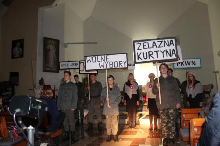 Gimnazjaliści pokazali patriotyczny spektakl w kościele