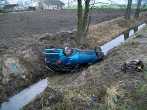 Wypadek w Pępocinie. Auto dachowało i wpadło do rowu z wodą