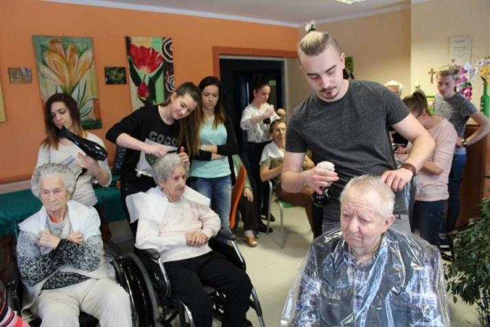 Wielkie czesanie, czyli młodzi fryzjerzy w konińskim DPS-ie