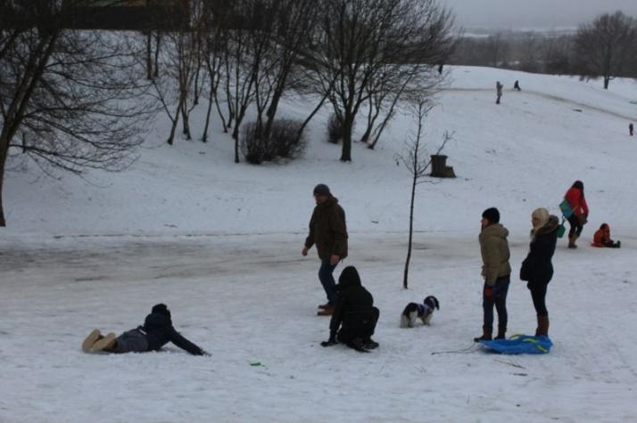 Ferie na półmetku. Dzieci i młodzież korzystają z resztek śniegu