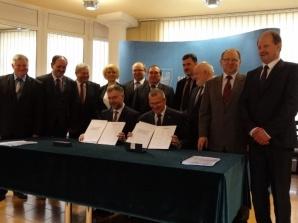 Marszałek, prezydent, starosta, burmistrz i wójtowie podpisali mandat