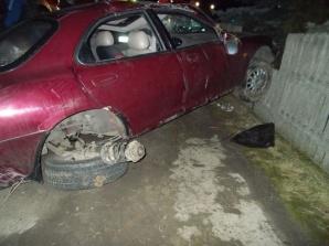 Dachowanie mazdy w Honoratce. Dwie osoby poszkodowane