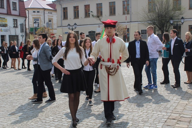 Maturzyści zatańczyli poloneza na konińskim rynku