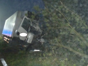 Lądek. Kierowca uwięziony w kabinie po nocnym wypadku