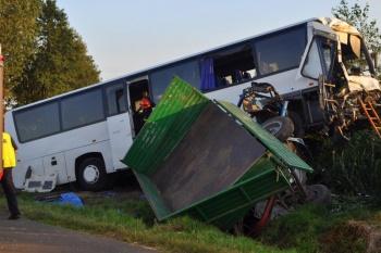 Autobus wiozący dzieci z kolonii zderzył się z ciągnikiem