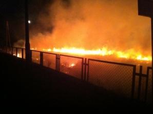 Barłogi. Druhowie z OSP gasili pożar nasypu kolejowego