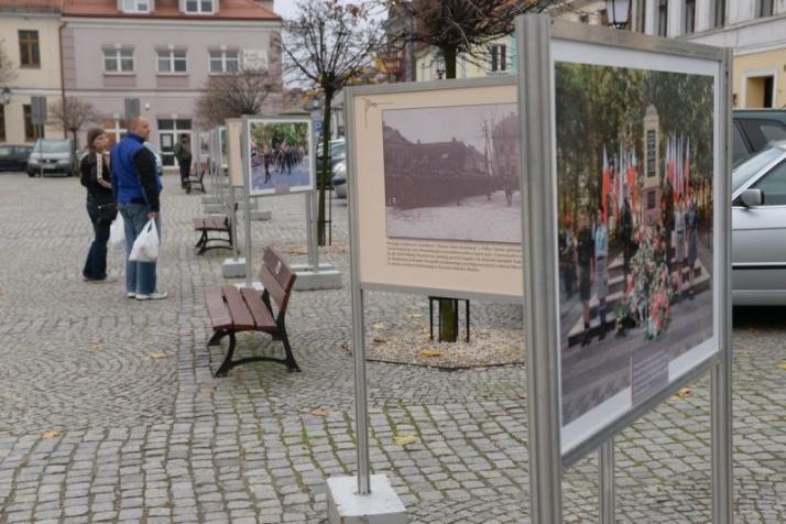 Wystawa patriotyczna na placu Wolności i fotografie z Konina