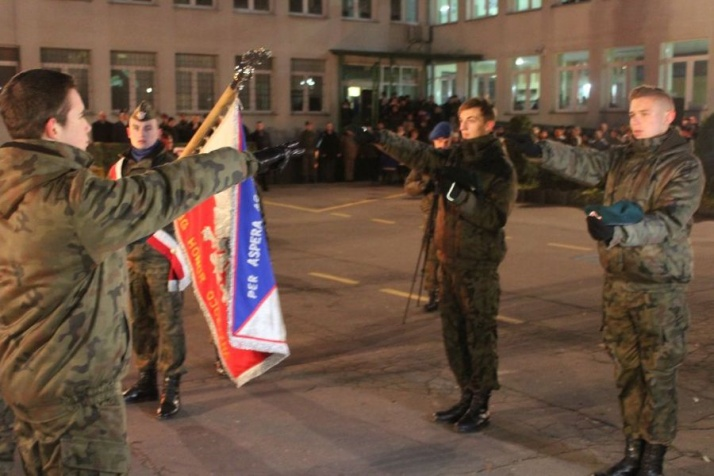 """Noc Listopadowa w """"Koperniku"""". Ślubowanie klas mundurowych"""