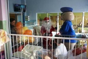 Turek. Sierżant Pyrek i św. Mikołaj odwiedzili dzieci w szpitalu