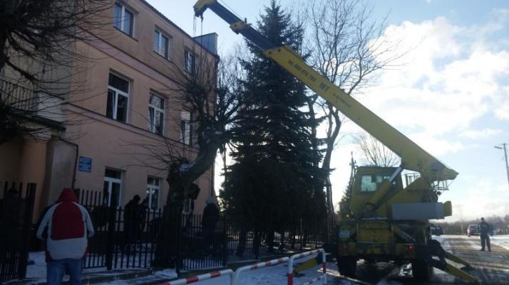 Przed szkołą w Koninie - Gosławicach ustawiono pamiątkowy głaz
