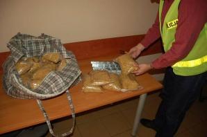 Policjanci znaleźli w domu 64-latka nielegalny tytoń i papierosy
