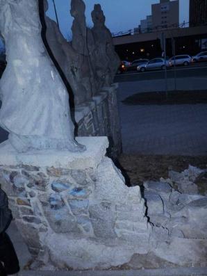 Sypie się mur pod Korowodem Dzieci w centrum Konina