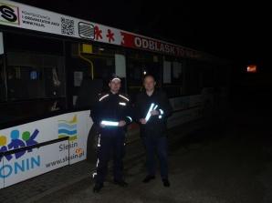 Policjanci i pracownicy WORD rozdawali odblaski pasażerom MZK