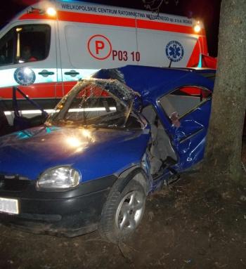 Tragedia na drodze. Młoda kobieta zginęła od uderzenia w drzewo