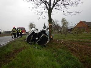 Peugeot wypadł z drogi i dachował. Jedna osoba poszkodowana