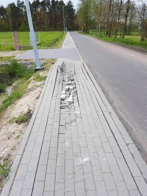 Rychwał. Kierowcy tirów zniszczyli nowy chodnik. Są poszukiwani