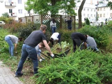 Licheń. Amerykańscy żołnierze sprzątali ogród przy hospicjum