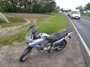 Słupca. Motocyklista nie zachował ostrożności i najechał na auto