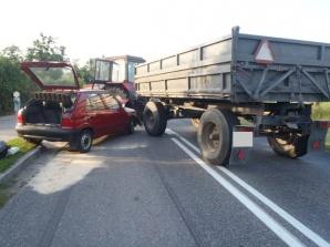 Wólka. Samochód osobowy zderzył się z ciągnikiem rolniczym