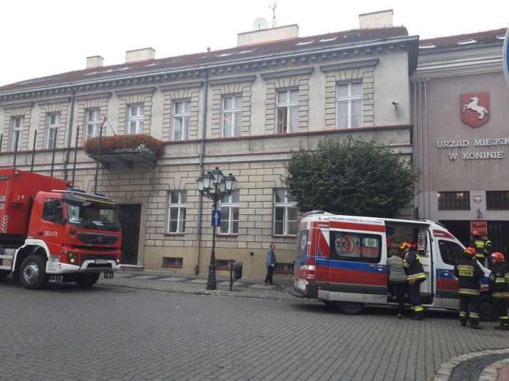 Strażackie wozy i pogotowie przed Urzędem Miejskim w Koninie