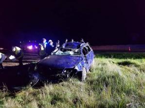 Śmierć na drodze. 24-letni kierowca zjechał z drogi i dachował