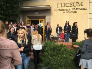 Konin. Uczniowie I LO posadzili tulipany na 155-lecie szkoły