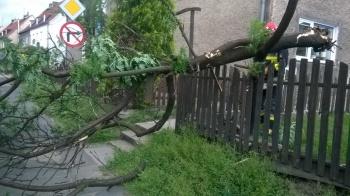 Powiat kolski. Zerwane dachy, linie energetyczne i powalone drzewa