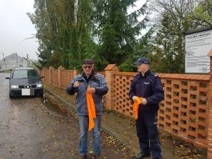 Orchowo. Policjanci rozdawali elementy odblaskowe na cmentarzach