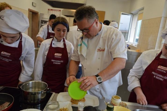Żychlin. Młodzi kucharze ZSEU gotowali pod okiem Roberta Sowy