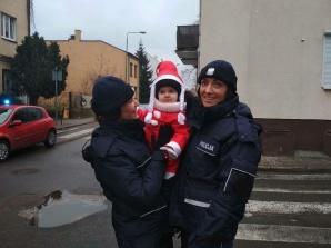 Policjanci w świątecznych przebraniach odwiedzili chore dzieci