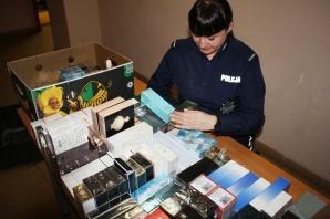 Koło. Policjanci zabezpieczyli na targowisku podrabiane perfumy