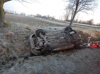 Wypadek w Kupininie. Samochód wypadł z drogi i dachował w rowie