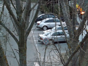 Chodnik dla pieszych czy parking dla samochodów przed sklepem?