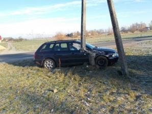 Audi w słup i BMW po dachowaniu. Dwa wypadki w jednym dniu