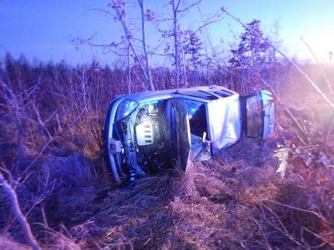 Leszcze. Samochód wypadł z drogi. Dwie osoby zostały poszkodowane