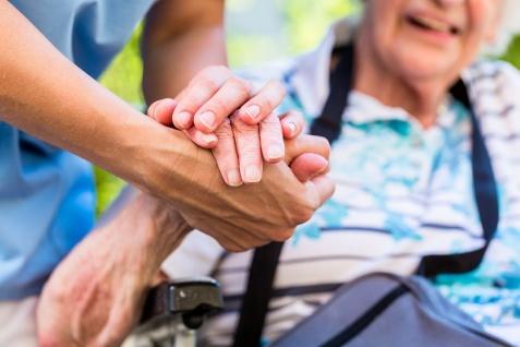 Obalamy mity związane z opieką osób starszych