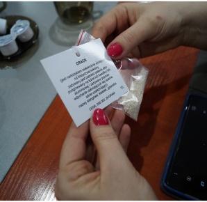 Słupeccy policjanci dostali walizkę pełną imitacji narkotyków