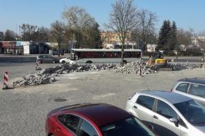Konin. Rozbierają mur przed halą Rondo. Będzie większy parking