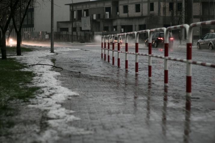 Burza przeszła przez Konin. Zalane są drogi, parkingi i tunel