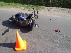 Wypadek w Powidzu. Samochód osobowy zderzył się ze skuterem